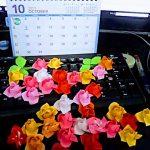 折り紙供養の日!ミニマリストを目指して折り紙バラ飾りを完成…?